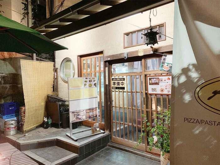 神楽坂の裏路地にひっそり佇む古民家。カラカラと玄関を開けると美しい板張りの床が広がっています。もちろん、靴を脱いでお邪魔します。