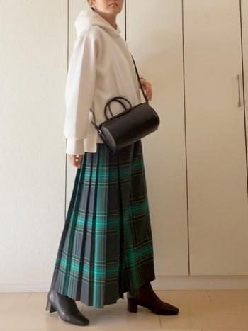 白のパーカーを合わせて。着丈が短めなのでロング丈のスカートとマッチしますね。黒のバッグ&ブーツを合わせてカジュアルになりすぎないようにします。