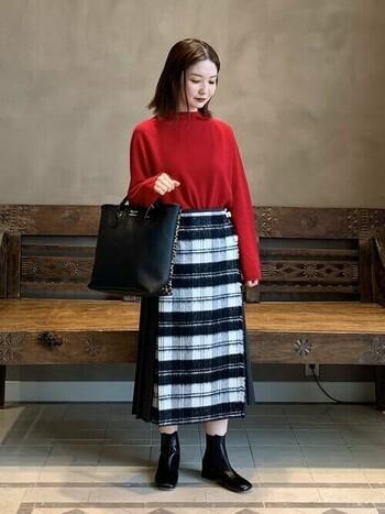 鮮やかな赤のニットでパッと華やかに。バッグ&ブーツは黒でまとめると、よりニットの存在感がアップします。