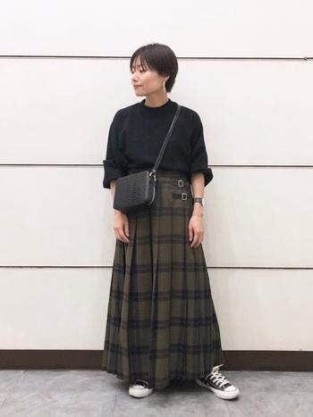 大きめの黒のチェック柄がかっこいいロングスカート。トップス&小物は黒でまとめると全身に統一感が出ますね。