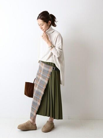 アシンメトリーなシルエットがユニークなキルトスカート。プレーンなアイテムと合わせているのに、身に着けるだけでモードな印象になりますね。