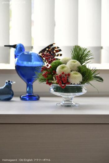 もうひとつ、お正月に欠かせないのが花飾りやしめ飾り。年末になると、スーパーなどでも見かけるようになります。いろいろなところで販売されていますが、今年はぜひ、お近くのお花屋さんでオーダーしてみませんか?好みを伝えて作ってもらえば、きっと特別なインテリアに。1年のはじまりを素敵に彩ってくれるはずです。