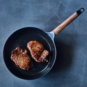 はじめにしっかりとフライパンを熱してからいったん火を止め、弱火に。蓄熱性が高いので、弱火にしてもお肉の表面の水分をきっちり飛ばして、カリッとした焼き上がりになります。  中はしっとりと柔らかくなり、まるで高級レストランでいただくお肉のようです。