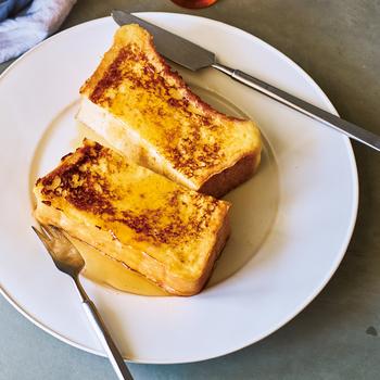 """フレンチトーストを作るとき、卵液がフライパンにこびりついて、上手く焼けない・・・というお悩みを持つ方は多いのではないでしょうか。  「バーミキュラ フライパン」ならではの""""瞬間蒸発""""によって、表面をカリッと焼き上げることができますよ。両面を極弱火で3分ほど加熱するだけで、このような焼き色が生まれます。"""