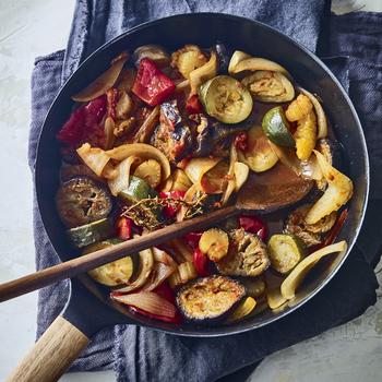 たっぷりとオリーブオイルを吸った茄子がジューシーな「ラタトゥイユ」。  美味しく作るポイントは、蓋をしたまま、最後に火を止め、予熱で10分ほど置いておく予熱調理です。じんわりと味が馴染んでいくので、全体のまとまりがある美味しさに仕上がります。
