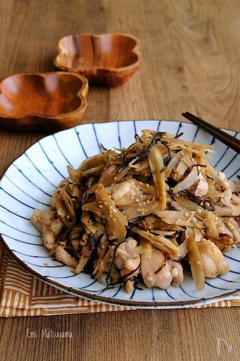 鶏もも肉を使い、塩昆布やバターなどで味つけした変わり種のきんぴらごぼう。主菜のひとつになりそうなごちそうきんぴらです。