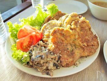 サクサクの食感が美味しいシュニッツェルのきのこソース添えはいかがですか?特別な材料を使わずに、日本でも簡単に手に入れることができる食材ばかりなのも嬉しい♪