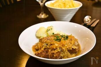 ドイツのキャベツ漬、ザワークラウトと牛肉をたっぷり使ったポットロースト。全て鍋に入れて一緒に煮込むだけの簡単レシピは、忙しい方にもおすすめ。牛肉はロースト用の塊肉を使いましょう!
