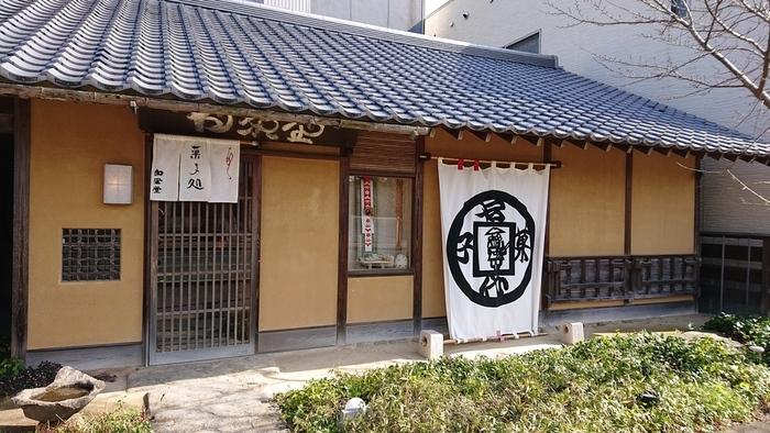 観音寺市に店を構える白栄堂は、お土産を買うだけでなくイートインでお菓子を食べることもできます。寛永通宝をかたどった看板が目印。
