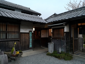 1804年創業と歴史のある和三盆専門店。日本家屋の店構えも素敵です♪ 讃岐で栽培されるサトウキビを、江戸時代から変わらない製法で和三盆に仕上げています。