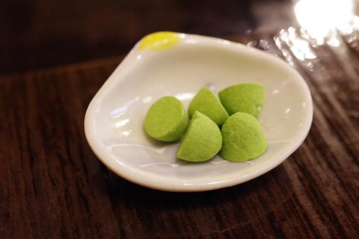 こちらは抹茶の緑が美しい「茶毬」。甘い和三盆と抹茶の相性はぴったりです。抹茶好きの方はぜひ味わってみてください!