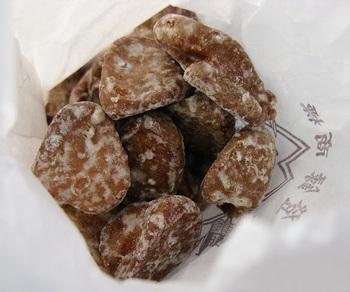 こちらは堅パンの中でも一番堅い「石パン」。小さくて丸い形といい、全然噛めない堅さといい、まさに石です。無理に噛まずに、口の中で少しずつ溶かしながら食べるのがおすすめ。甘みと生姜の香りがクセになりますよ。
