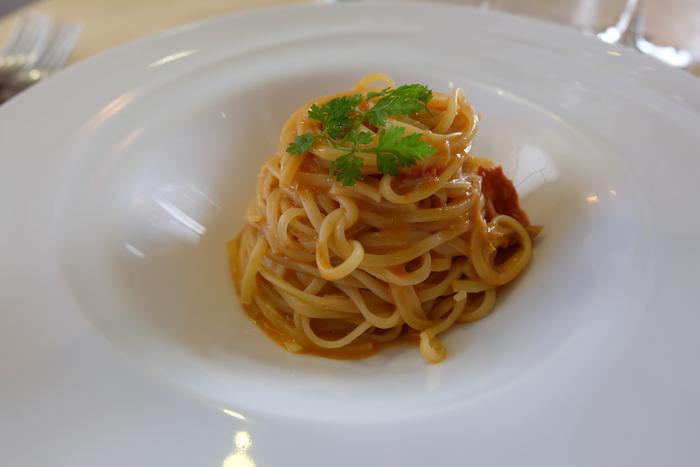 パスタは5種類の中からお好みのものをチョイス。こちらの蟹とトマトのクリームソースをからめたタリオリーニは、濃厚な旨味を味わえる、大人の仕上がりに。伝統あるイタリア料理から創意工夫のあるお料理まで、味には定評があります。