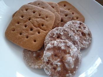 右の丸パンは石パンに比べて薄いため食べやすいです。でも堅さはあるので、噛む時は要注意。左の角パンは小麦粉でできた懐かしい味わい。保存食にもおすすめです。