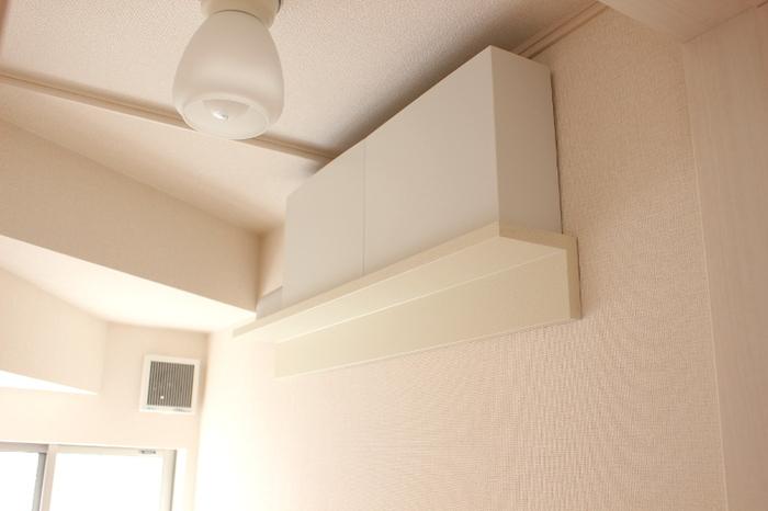 無印の「壁につけられる家具」をトイレに使うアイデアも。耐荷重は3kgまでですが、トイレ収納には十分。白っぽい色を選んでいるので、壁に馴染んで目立ちにくいのも嬉しいです。高い位置に取り付けているので、ファイルボックスの中にトイレットペーパーを収納してボックスごと取り出しているそう。