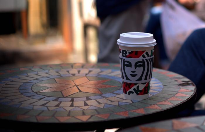 「外でイスに座る=休憩する」イメージがあるかもしれませんが、お昼のお弁当や、読書を楽しむシーンにも、チェアリングはぴったり。  歩くコースの途中にあるコーヒーショップでコーヒーをテイクアウトしながら飲み比べる「コーヒーチェアリング」もいいですね!過ごし方を考えて、自分なりにネーミングするだけで、プチレジャーが実現します*