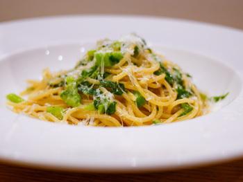 こちらは浜田港直送真鯵とズッキーニのアーリオオーリオスパゲッティ。セットになったパンは自家製!細部までこだわりを感じられる絶品イタリアンはいかがですか?