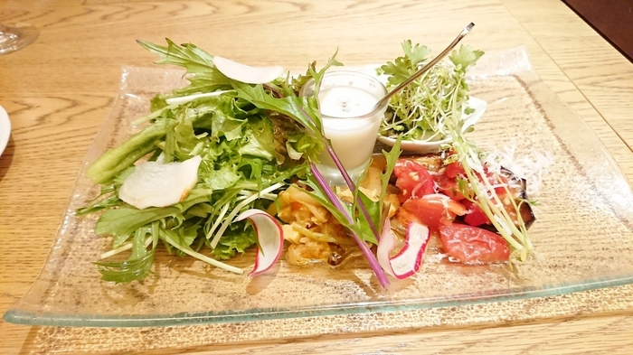 定休日の月曜以外は、ランチをいただくことができますよ。メニューは気軽に楽しめるランチコース、贅沢なフルコース、そしてパスタランチの3種類。コースの前菜であるシェフ気まぐれこだわり野菜プレートは、島根の新鮮な野菜が楽しめます。