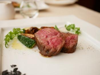 """佐賀牛のローストはジューシーで満足感も◎ """"イチボ""""と呼ばれるサシがある赤身の部分を贅沢に使っています。"""