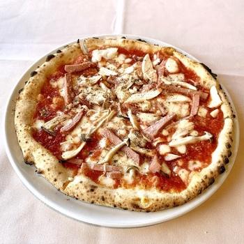 ピザはナポリから輸入したという薪窯を使った焼き立てのもの。ふっくらもちもちとした生地が人気を集めています。