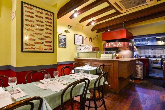 真っ赤なピザ窯が印象的な店内は、イタリアの大衆食堂のような親しみやすい雰囲気が。ワインによくあうリーズナブルなイタリアンランチをいただくことができます。
