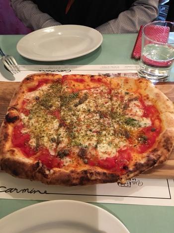 薪窯で焼いたピザはもちっとした食感で、このボリューム感!5種類の中から選ぶことができるので、何度も通ってしまいそうです。