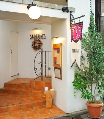 美しい真っ白な壁が目印の「リストランテ アルベラータ」は、伝統的なイタリア地方料理が食べられるイタリアンレストラン。
