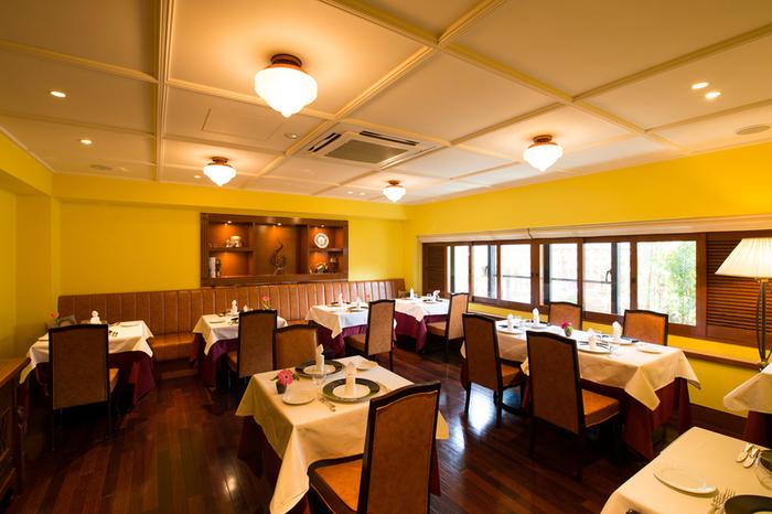黄色を基調にした店内は、どこか懐かしいような落ち着いた雰囲気。記念日やお祝いのお食事会など、特別な日に訪れるというお客さんも多いんだとか。