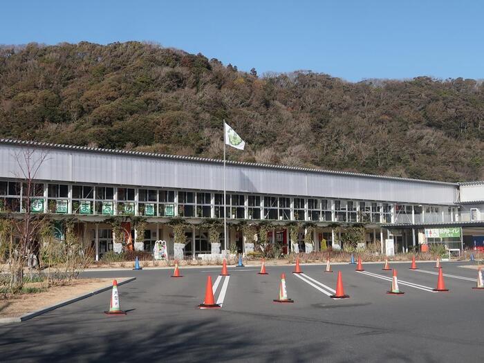 「道の駅 保田小学校」は、2014年に廃校になった校舎をリノベーションして誕生した施設。建物や旗を立てるポールなど、あちこちにその面影が感じられますよ。