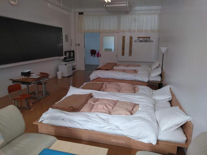 幼い頃、学校にお泊まりしてみたい…と思ったことはありませんでしたか?そんな願いを叶えてくれるのが、2階にある「学びの宿」。黒板や机がある教室風のお部屋に宿泊することができます。