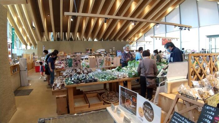 ましこのマルシェ」は、地元の農産物や、旬のフルーツを使ったピクルスやジャムなどの加工品などが並んでいます。地元の方も買いにくることが多いそうで、その鮮度の良さとおいしさは折り紙つき。