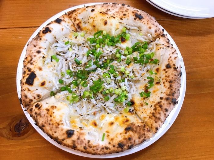 しらすの塩気がアクセントになったピザも、人気メニューのひとつ。月替わりのピザや、鯨をトッピングしたピザなどメニューが豊富なので、家族やお友だちとシェアするのもおすすめです。