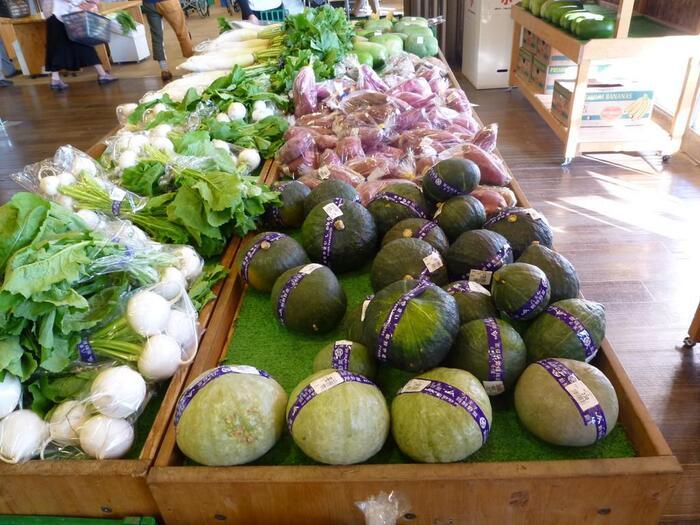 ファーム滝山では、地元の生産者さんが丹精込めて栽培した野菜や果物、お肉などが並びます。「川口エンドウ」「八王子ショウガ」「高倉大根」といった伝統的な八王子野菜など、珍しいものもあるのでぜひチェックしてみましょう。