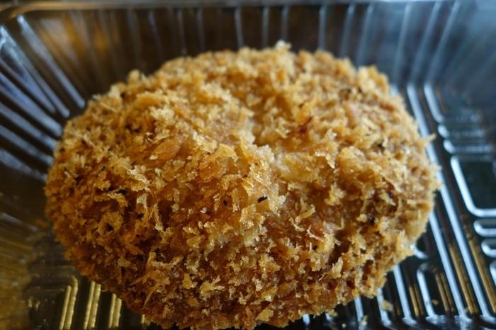 地元農家のお嫁さんたちが手作りしているお惣菜も人気。素朴な味つけがなつかしいコロッケや、東京を代表するブランド豚「東京X」のもつ煮は、ちょっと小腹が空いたときにちょうど良いですよ。