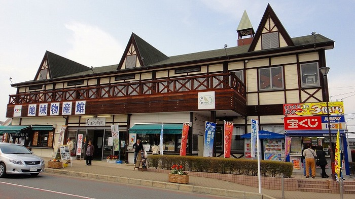 国道140号バイパス沿いにある「道の駅はなぞの」は、長瀞や秩父方面へ向かう途中の休憩に便利な場所にあります。広い物産館のほかに、公園やレストランが併設されていて大人から子供まで楽しめる施設。