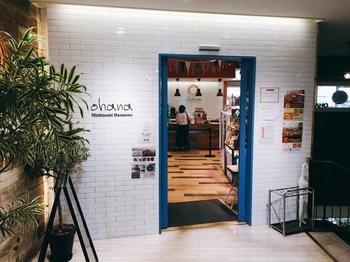 物産館2階にある「ohana(オハナ)」は、地元特産品を取り入れたこだわりの焼きたてパンが自慢の人気店。店内には120種類以上も並びます。