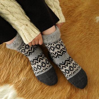 ワークソックス用の編み機を使って作られた、肉厚素材のルームソックス。アクリルとウールの混紡糸を採用しているので、柔らかさと暖かさを兼ね備えているのが特徴です。ベーシックカラーから差し色になるようなカラーまで、全6色を展開しています。