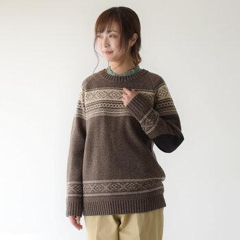 伝統的なフェアアイル柄を採用した、ノルディックパターンのニットセーターです。エルボーパッチがついているので、キレイめだけでなくカジュアルな着こなしにもマッチします。柔らかく暖かいエアーヤーン精紡で、寒い季節にもぴったりな一枚です。