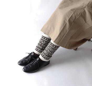 ジャガード編みで仕立てた、ノルディック柄のレッグウォーマーです。タイツやスパッツに重ねれば、おしゃれに防寒対策ができます。