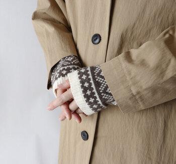 また、アームウォーマーとしても使用可能。アウターの袖から覗かせれば、こなれ感がグッと高まります。カラーはブラウンとグレーの2色展開です。