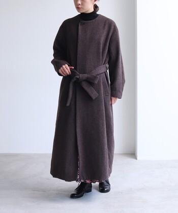 高品質なウール生地に、シャギー加工を施し柔らかな印象に仕上げたノーカラーコートです。ロング丈でほどよい光沢感があり、着て前を閉めるだけで大人っぽいスタイリングが叶います。