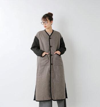 ウール混のボディー部分と、キルト素材の袖とを組み合わせた、クラシカルな印象のノーカラーコートです。内側には一面キルティング素材を使用し、さらりとした質感と暖かさを両立しています。英国感のあるデザインは、あえてラフなスタイリングに合わせてもサマになりますよ♪