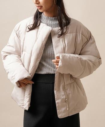 軽くてふわふわな素材感が特徴の、ファイバーダウンを採用したノーカラーコート。ショート丈のアウターなので、ボリューム感のあるダウンもスッキリと着こなせます。袖丈が長めな仕様になっているので、手元までしっかり暖かいのも魅力です。