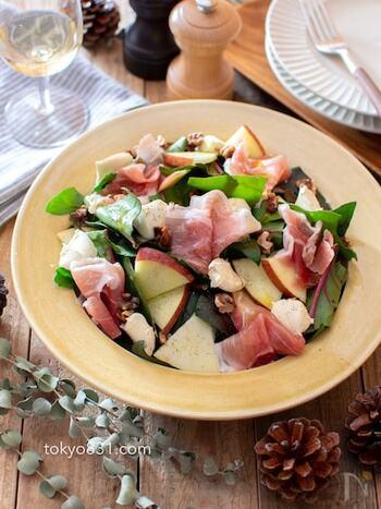 赤、緑、白、ピンク…絶妙な彩りが華やかな、おしゃれなサラダは、リンゴのシャキシャキ感、くるみのサクサク感も美味しいアクセントに。アクの少ないサラダほうれん草との相性も◎ 味付けは、オリーブオイルと塩コショウで食材の味を楽しみましょう。