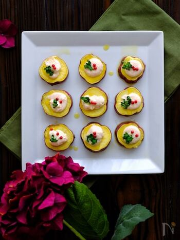お花が咲いたようなサツマイモのカナッペは、黄色、白、赤など色の組み合わせだけで楽しくなる一品。 明太子クリームはチューブタイプを使えば、簡単に作れます。濃厚なクリームと甘いサツマイモの味わいがマッチ。