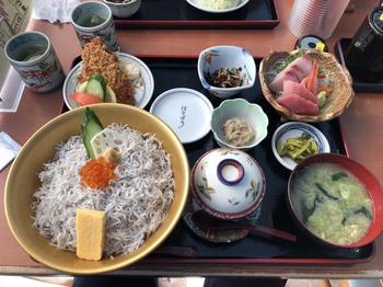 丼やお刺身、揚げ物や小鉢などがセットになった定食はボリューム満点。アラカルトメニューもあるので、おなかの空き具合で選んでみてください。