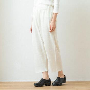 ウール・アンゴラ・ナイロンを混紡した、フワフワ素材のニットパンツです。チュニックやワンピースなどのレイヤードにぴったりなアイテム。丈が少し短めなので、中にタイツや靴下を重ね着しても◎