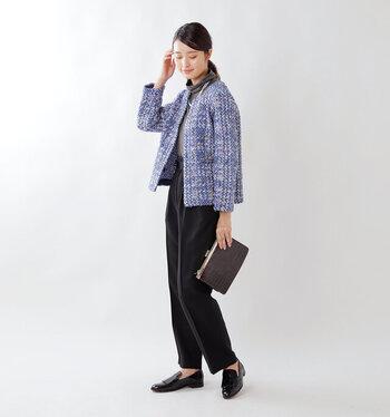 青のツイードジャケットに、黒のパンツを合わせた大人女子スタイル。センタ―プレス入りのスラックスをチョイスすれば、しっかりときちんと感もアピールできます。