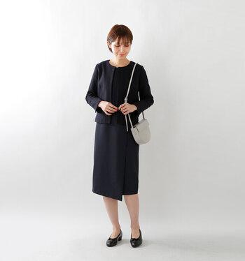 ツイード素材が上品なジャケットに、同色のタイトスカートを合わせたセットアップコーデ。スーツ感覚で着こなせるので、卒園式や卒業式などの式典服としてもぴったりです。