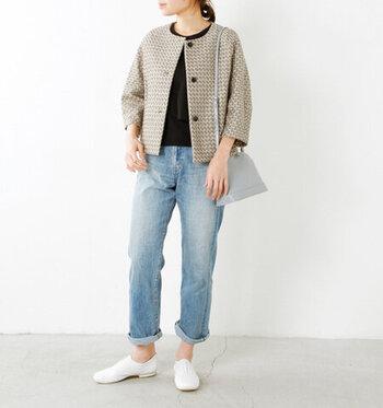 ツイードコットンを使用した、ベージュカラーのジャケット。ショート丈のコンパクトなサイズ感で、薄いデニムと合わせてもスタイリッシュに着こなせます。インナーはシンプルな黒トップスで、大人感たっぷりなコーディネートです。